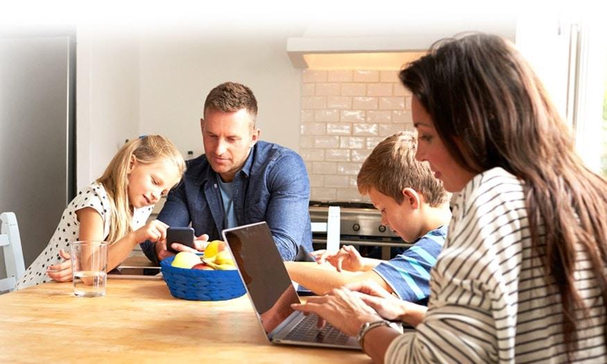 Familia reunida usando varios dispositivos