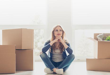 Mujer admirando su nueva casa