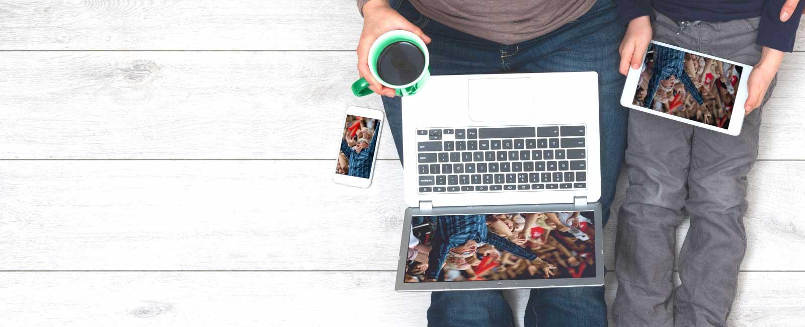 Hombre usando una laptop