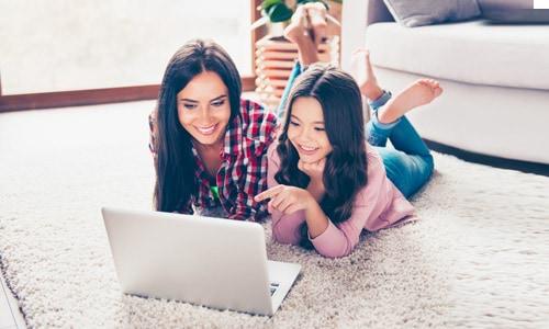 Madre e hija mirando una laptop