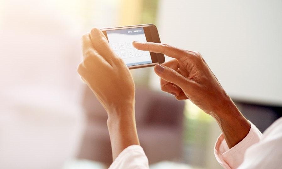 Persona tocando un smartphone